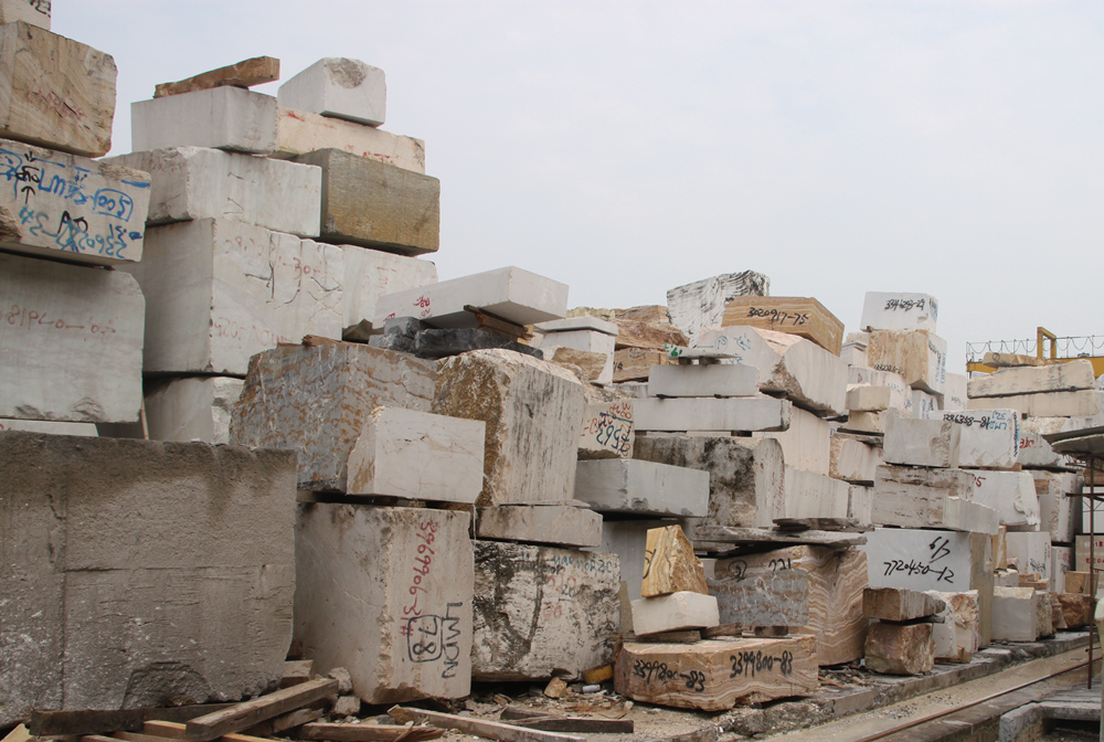 工厂正准备加工的石材荒料